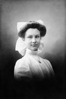 In 1889 photographer Corine Ingelse (1869-1950) opened her studio at the Westerstaat 11 in Utrecht, the Netherlands where she made this portrait of miss Agnes van Schilperoort. There might be more female photographers among the 'anonymous artists' we have posted in this series, but Corine Ingelse might be the only Dutch professional 19th century female photographer of whom we own a photograph.