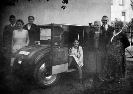 Anonymous photographer and family. Germany early 20th century. The Hanomag (Hannoversche Maschinenbau AG) 2/10 PS was a German car from 1925 with one head light, wooden wheels and a reed bodywork. Also great: you could open the front window to get a fresh breeze in your face. It was the first German car that was built via a production line. There were 15.000 cars produced like this one. It was be best selling car of the Hannoversche Maschinenbau AG factory during the financial crisis in the early 20th century.