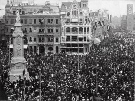 Anonymous photographer, 1th of May 1909. Netherlands. At the Dam square, the people of Amsterdam celebrate the birth of princess (later queen) Juliana (30-4-1909 - 20-3-2004).