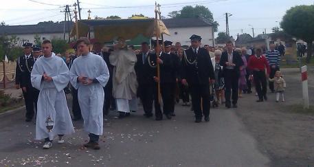 Liturgiczna Służba Ołtarza, Kapłan, Strażacy orazwierni podczas przemarszu doTrzeciego Ołtarza.