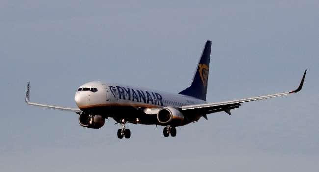 """Через """"надзвичайну ситуацію в повітрі"""" літак Ryanair здійснив аварійну посадку в Берліні"""