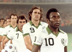 EAST RUTHERFORD, NJ - CIRCA 1975-77:  Tony Field #7, Giorgio Chinaglia #9 and Pele #10 of New York Cosmos look on before a game at Giants Stadium in East Rutherford, New Jersey, circa 1975-77. (Photo by Robert Riger/Getty Images)