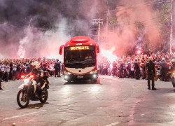 12dez2012-onibus-do-sao-paulo-e-recebido-com-festa-na-chegada-ao-morumbi-para-a-final-da-sul-americana-1355353817045_1920x1080