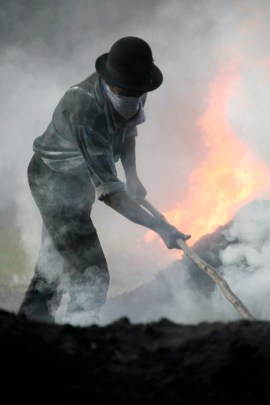 Thomas Faisst Jahrgangskohle Kohlehaufen-Feuer-Thomas bei der Arbeit