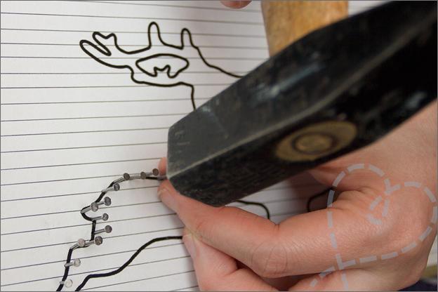 spijkers met een hamer in hout slaan