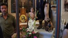 Détail de la statue de Saint Roch. Angelot et chien secourable, ornés d'un bouquet de fleurs fraîches.