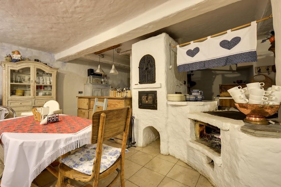 Babcyna kuchnie - tu gotujemy na kuchni opalanej drewnem i podajemy nasze pyszne jedzenie.