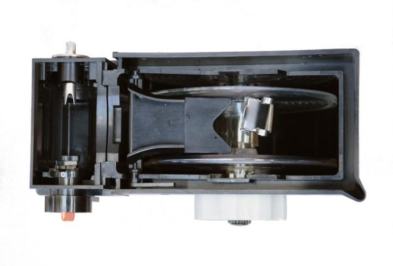 La Rondinax vista dall'alto, a sinistra l'alloggiamento per il caricatore della pellicola. Al centro la spirale con la fettuccia di plastica a cui è fissata la pinza per agganciare la pellicola.