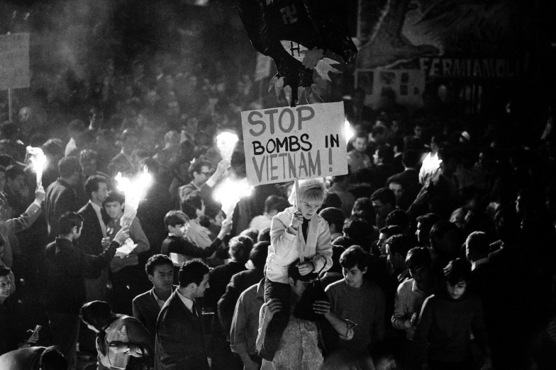 © Fuasto Giaccone. Roma, 1966. Manifestazione in piazza Navona contro la guerra americana in Vietnam. Rome, 1966. Demonstration in Piazza Navona against the American war in Vietnam.