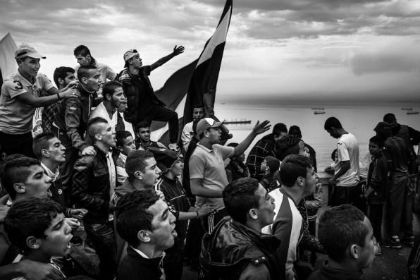 """© Romain Laurendeau, Francia Kho, the Genesis of a Revolt """"Kho"""" significa """"fratello"""" ed il progetto parla dei giovani e del loro ruolo nell'ispirare le grandi proteste in Algeria del 2019. Nella foto si vedono tifosi durante una partita ad Algeri, 22 novembre 2014 World Press Photo"""