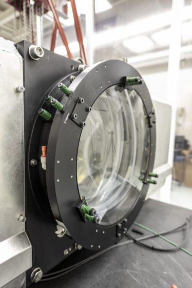 La Rubin Observatory Commissioning Camera (ComCam) è attualmente nel laboratorio di test presso il Rubin Obs Project Office a Tucson, in Arizona. I test elettro-ottici sono ora completi e il focus attuale è sui test del software. Dal software di controllo che consente il funzionamento in remoto della fotoocamera, alle condutture che leggono i dati della fotocamera e li inviano a NSCA per l'elaborazione - l'intero processo dovrà essere testato e verificato qui a Tucson prima che la videocamera venga imballata per la spedizione . Sottosposizione LSST Project Office, Tucson, AZ Credit Rubin Observatory / NSF / AURA