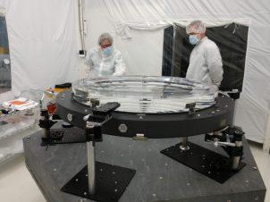 Descrizione A giugno 2018 presso l'Arizona Optical Systems (AOS), l'obiettivo L2 per la fotocamera LSST ha completato con successo un processo di incollaggio che ha collegato l'obiettivo ai pad che si monteranno sull'anello composito del gruppo L1-L2. Il gruppo è la struttura meccanica che contiene gli obiettivi L1 e L2, mantenendo la corretta separazione tra i due. Lo scienziato LSST Systems Chuck Claver e il fisico ingegnere SLAC Kevin Reil hanno visitato AOS per ispezionare l'obiettivo L2 il 20 giugno 2018. Sottosposizione Arizona Optical Systems (AOS), Tucson, AZ Progetto di credito LSST Camera
