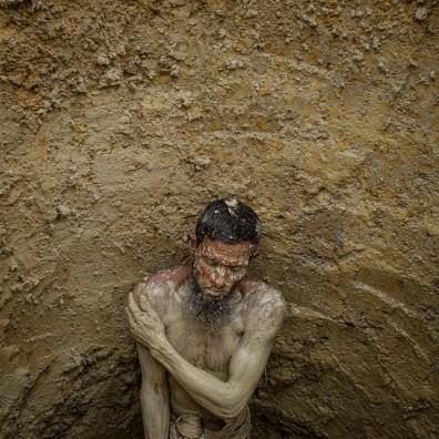 © Gabriele Cecconi. Balukhali-Kutupalong, sottodistretto di Ukhia, Bazar di Cox, Bangladesh - Abdul Salam, sessantenne, viene qui ritratto all'interno di una buca da lui stesso scavata per costruire una latrina. L'incapacità di gestire l'enorme quantità di rifiuti generati dai campi è una delle principali fonti di malattia. L'Organizzazione Mondiale della Sanità ha riferito che nel dicembre 2017 l'88% dei campioni d'acqua raccolti dalle famiglie nei campi erano contaminati dal batterio E. coli.