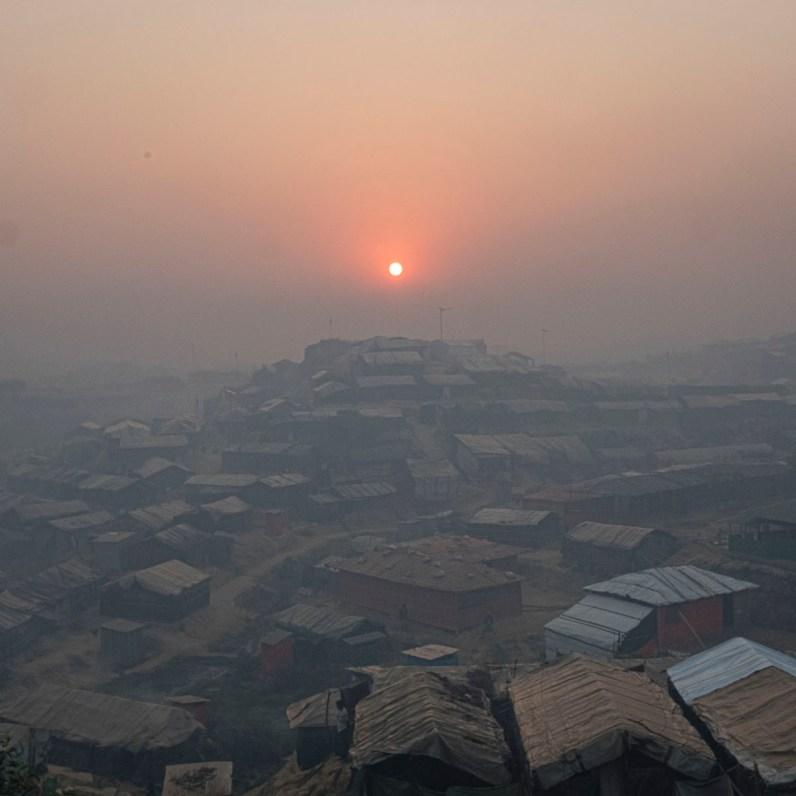 © Gabriele Cecconi. Campo profughi di Balukhali-Kutupalong, sottodistretto di Ukhia, Cox's Bazar, Bangladesh - Una vista del campo profughi di Kutupalong all'alba. Il campo di Kutupalong con le nuove estensioni è ora il più grande al mondo con una popolazione di più di un milione di abitanti.