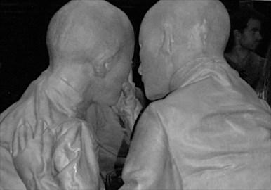 Alla Bicocca – Negli spazi dell'Hangar Bicocca/Pirelli, a Milano, erano assemblate moltissime figure umane realizzate tutte con un materiale grigio/piombo, e tutte somiglianti e pur diverse l'una dall'altra. Un dettaglio compositivo, per quanto poco visibile nel fotogramma, è la figura di un in alto a destra, a coerente complemento dell'insieme.