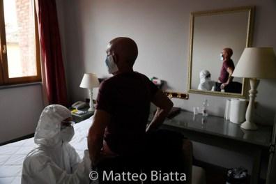Emergenza Coronavirus Nell'albergo Antico Borgo La Muratella sono ricoverati pazienti Covid-19 positivi dimessi dall'ospedale ma impossibilitati a rimanere isolati nella loro abitazione. Una dottoressa somministra eparina ad un paziente per evitare la formazione di trombi, che possono essere causati da questo Coronavirus. 18/04/2020 Coronavirus Emergency Covid-19 positive patients unable to remain isolated in their home are hospitalized in the Antico Borgo La Muratella hotel. A doctor administers heparin to a patient to avoid the formation of thrombi, which can be caused by this Coronavirus. Cologno al Serio 18/04/2020