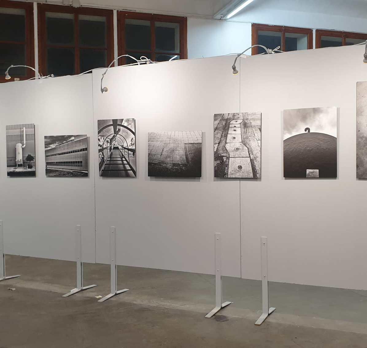 La mostra fotografica EX? di Raffaele Salvati finalmente allestita presso la Fabrica LLobet a Calella (Barcellona), esposta in occasione del festival internazionale di fotografia Festimatge di Calella (Barcellona). La mostra sarà visitabile dal 10 aprile al 1 maggio 2021.