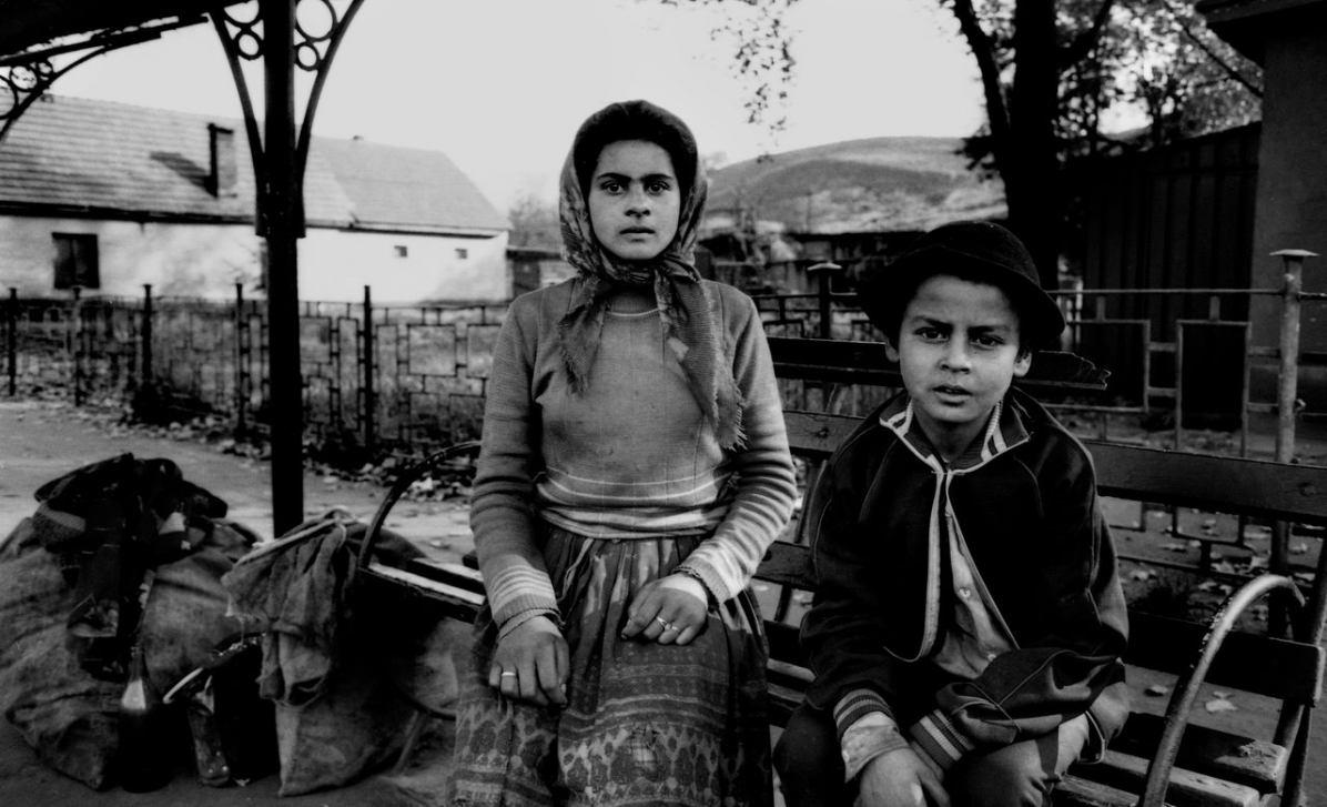 Copsa Mica / Romania 1990.Città industriale della Romania nota per l'inquinamento dovuto alle emissioni dell'industria pesante. Nella fotografia due giovani rom, largo strato della popolazione che caratterizza la regione per lo stile di vita e tradizioni culturali..Foto Livio Senigalliesi..Copsa Mica / Romania 1990.Copsa Mica was one of Europe's most polluted towns in the 1990s and remains the most polluted town in Romania to this day. In the picture two young Roma, wide section of the population that characterizes the region's lifestyle and cultural traditions..Photo Livio Senigalliesi.