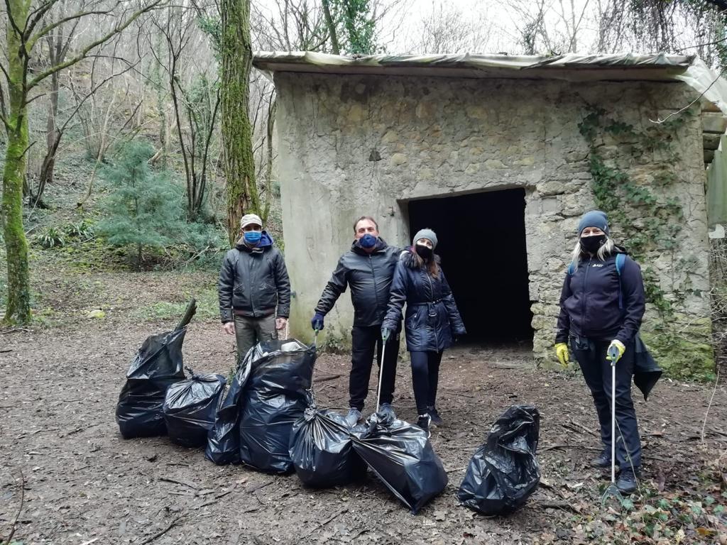 Cinque sacchi di rifiuti raccolti nelle colline sopra Avesa