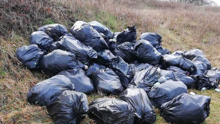 Abbandonati in paese oltre tre quintali di rifiuti