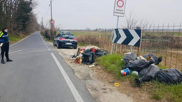 Abbandona rifiuti e vernici, deve ripulire e rischia la multa