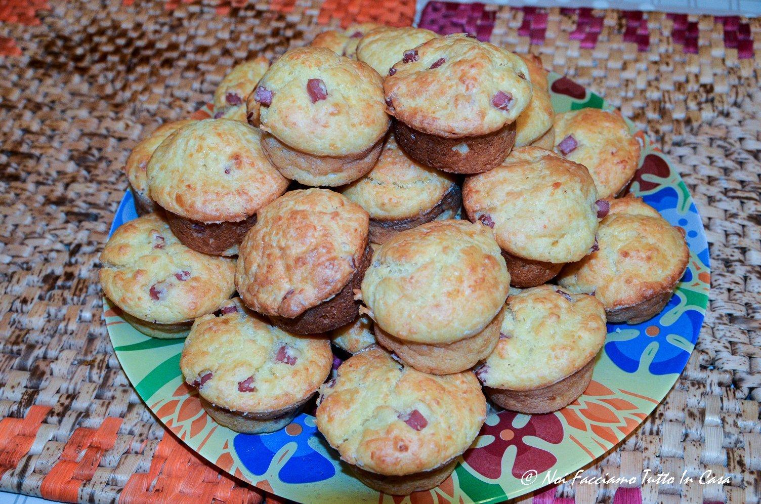 Muffin salati con prosciutto cotto e mozzarella