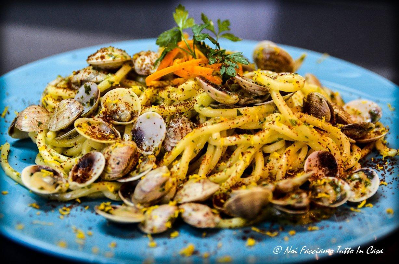 Spaghetti con vongole, bottarga e zest di arancia