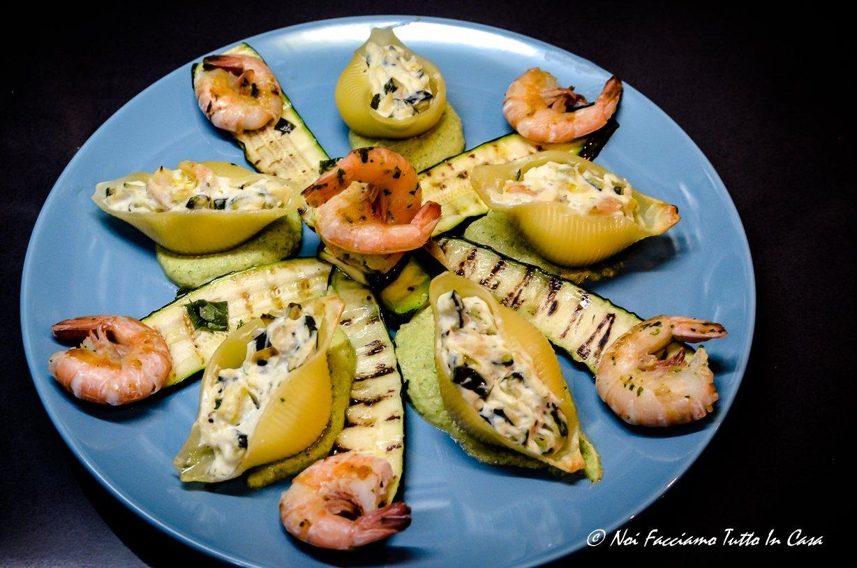 Conchiglioni ripieni di zucchine, gamberetti e ricotta con pesto di zucchine e zucchine grigliate