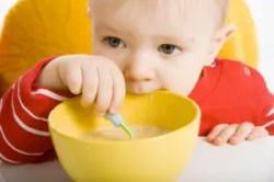 bambino-mangia-pappa-seggiolone-cucchiaino