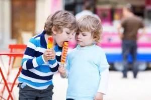 gemelli-maschi-2-3-anni-gelato-ghiacciolo
