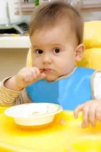 bambino-mangia-seggiolone-Alla-Shcherbak-_-Dreamstime.com