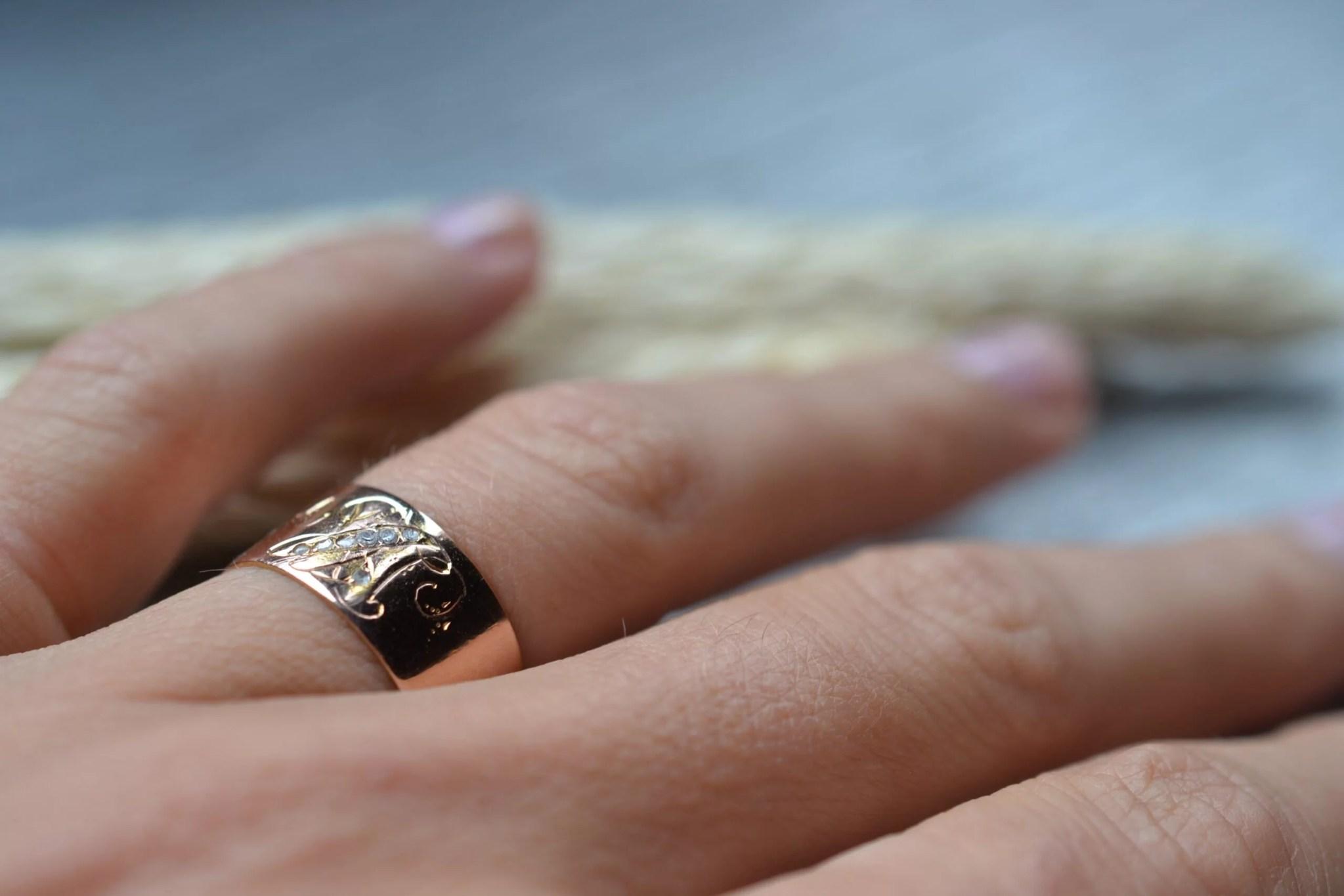 Bague vintage en or rose 18 carats (750/1000), sertie de petits diamants et gravée très finement