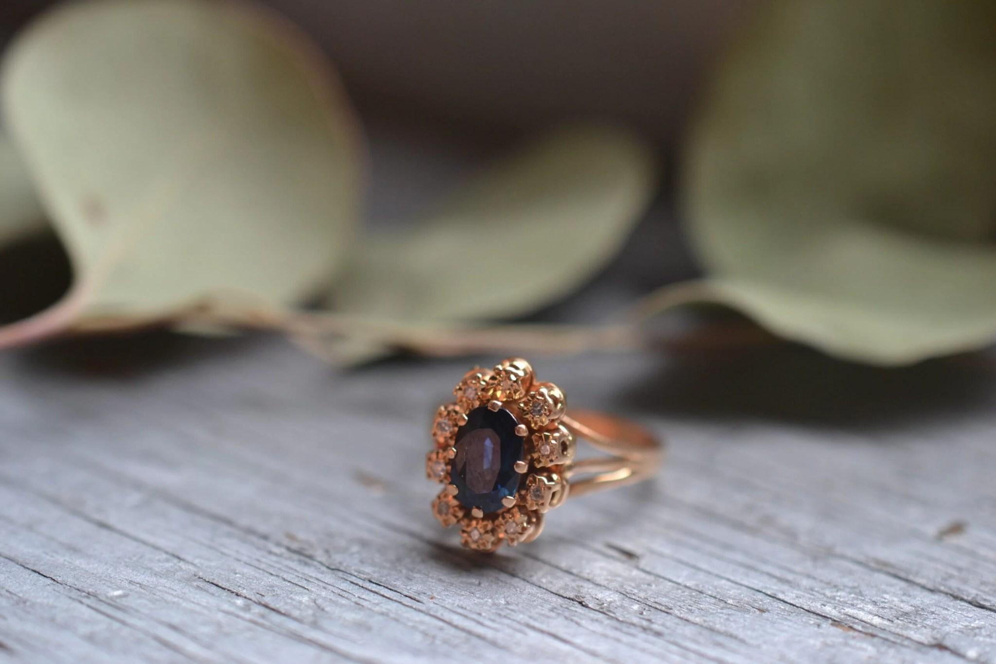 Bague Marguerite Occasion En Or Jaune 18 Carats (750/1000), Ornée D'une Pierre Saphir Et De Petits Diamants
