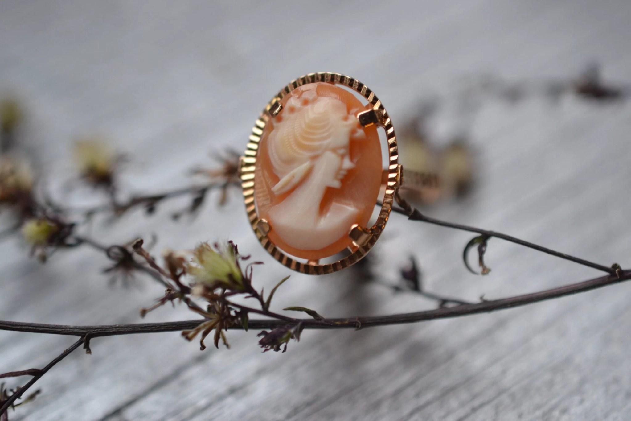 bague camée en or jaune 18 carats 750/1000 - un bijou ancien et d'occasion - visage de femme de profil dans les couleurs orange