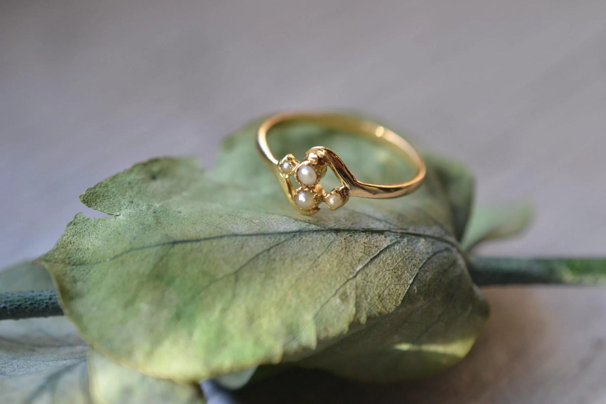 Bague vintage en or jaune massif 18 carats (750/1000), sertie de demi-perles - un bijou Noircarat.fr