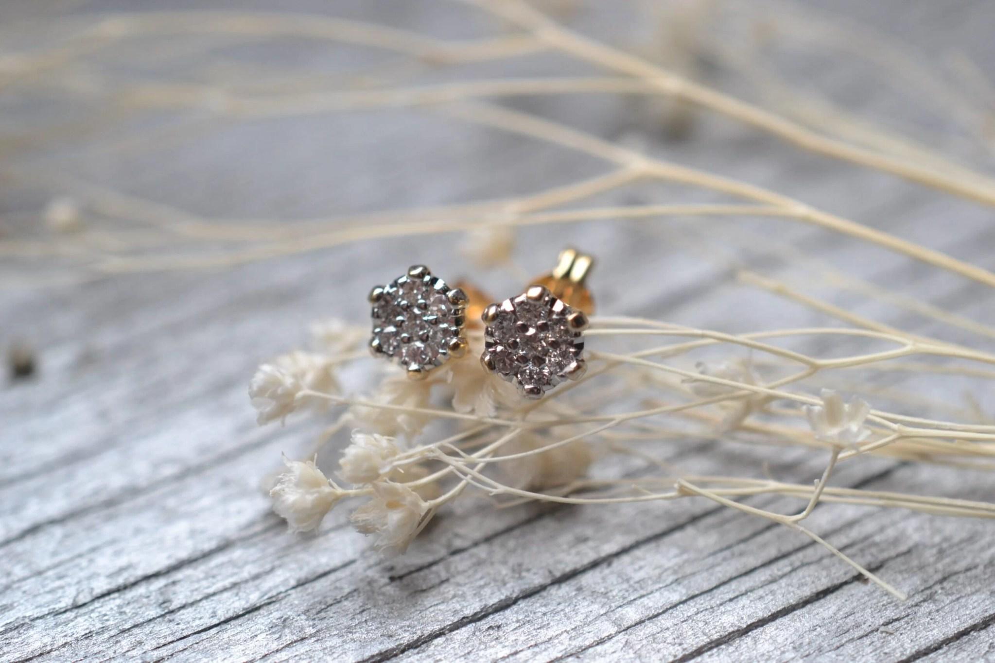 Une Paire De Puces D'oreilles En Or Et Diamants En Or 18 Carats 750/1000ème - Bijoux Vintage
