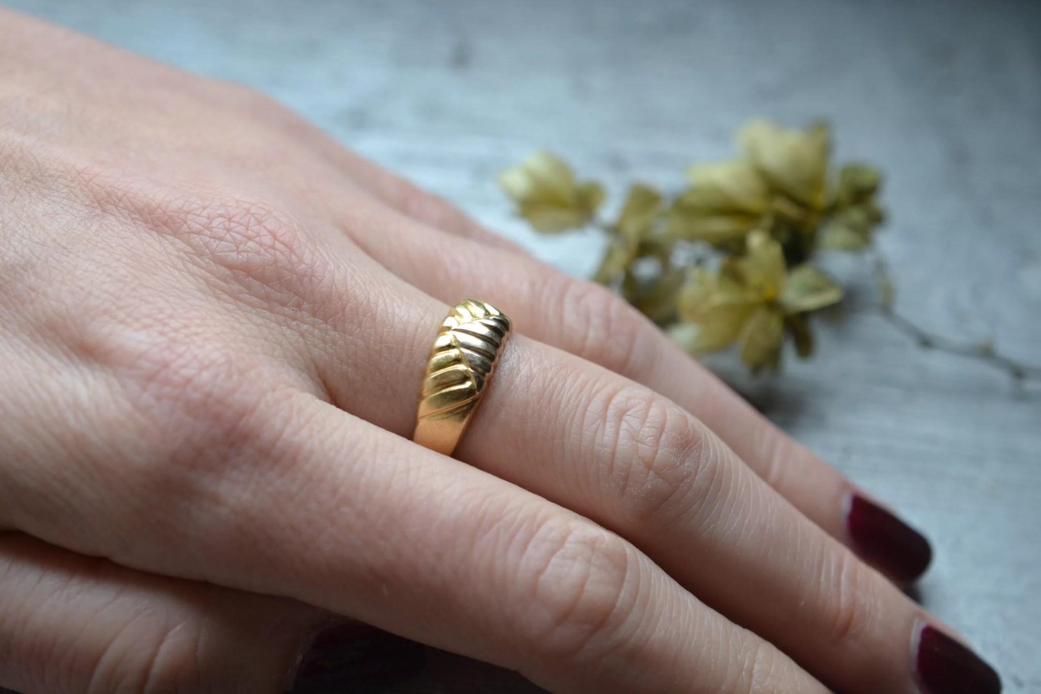 bague ancienne or jaune massif 18 carats bijou vintage motif estampé