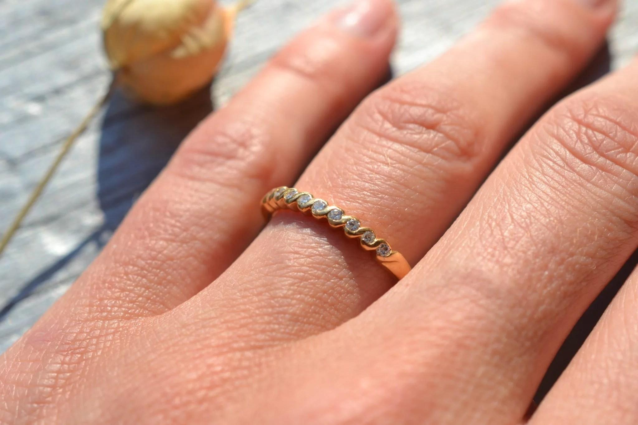bague ancienne demi alliance américaine en Or jaune 18 carats et diamants - bijou ancien mariage vintage