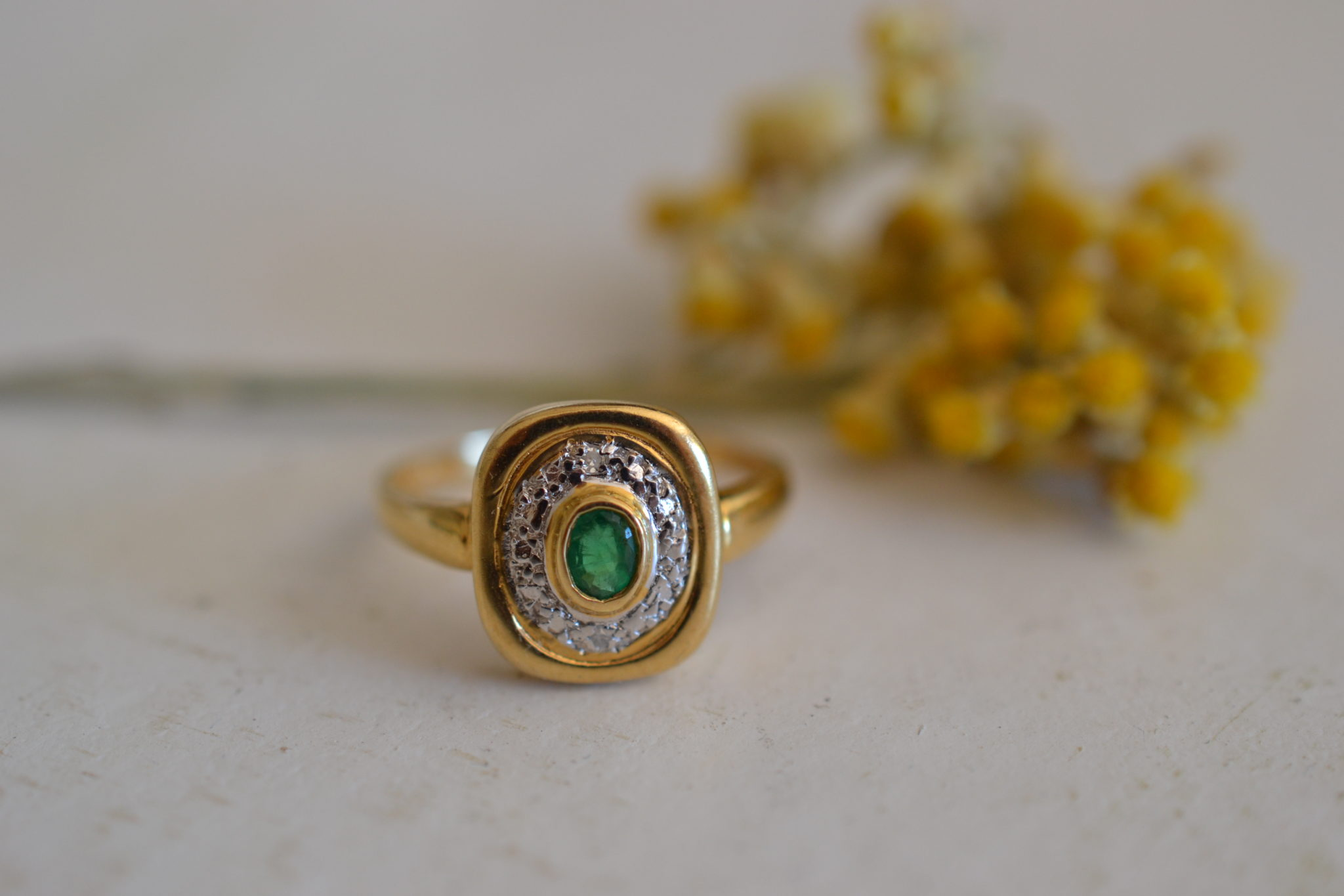Bague Vintage Sertie D'une Emeraude Et De Diamants - En Or 18 Carats - Bague De Fiançailles Ethique