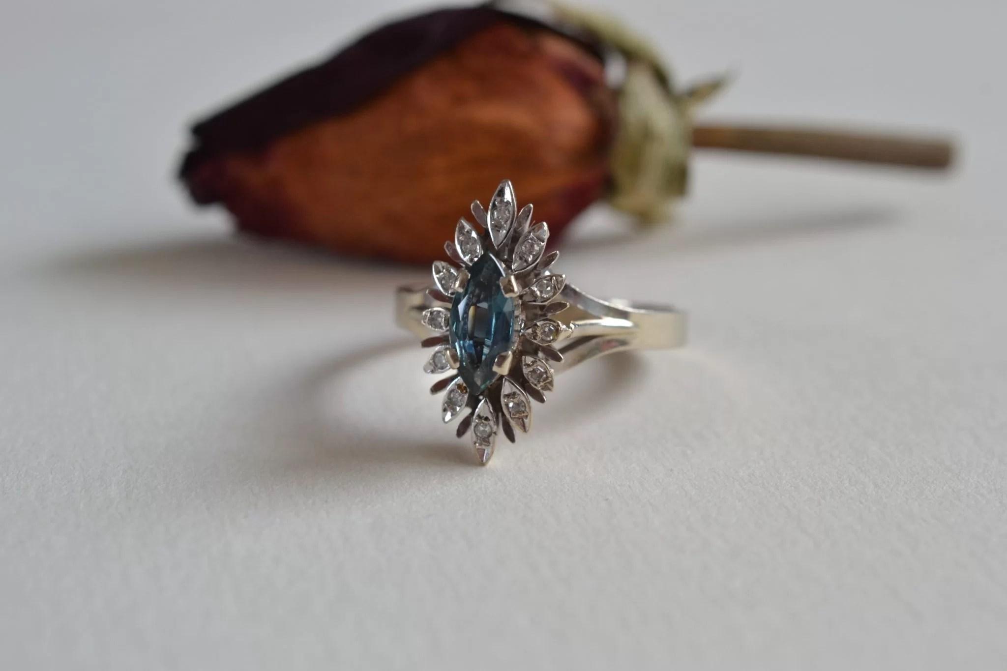 Bague en or gris de forme navette ornée d'une tourmaline bleue entourée de diamants Bague de fiançailles ancienne mariage seconde main