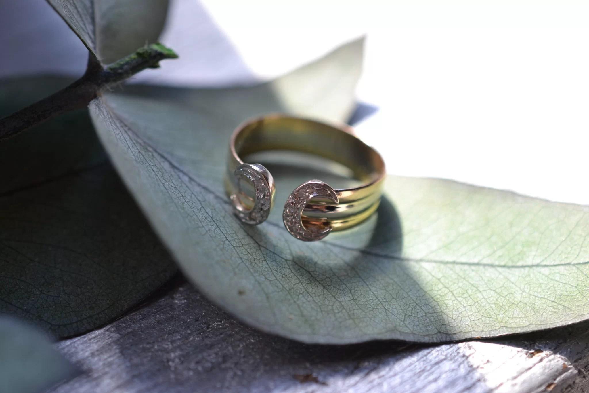 Bague fer à cheval façon cartier petites roses de diamants - bijoux en OR 18 carats - bijoux anciens - noircarat.fr