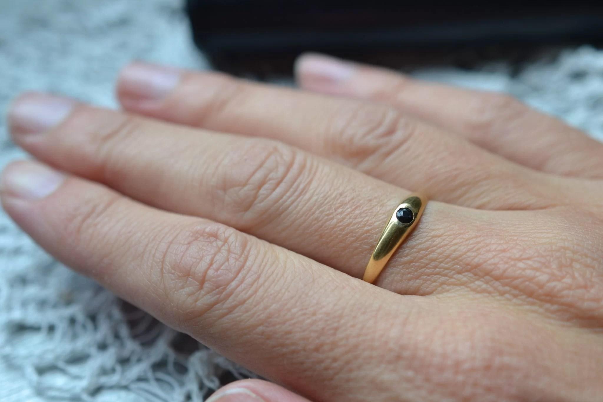 Jonc anglais orné d'une petite pierre taillée de couleur noire - Bijouterie vintage durable