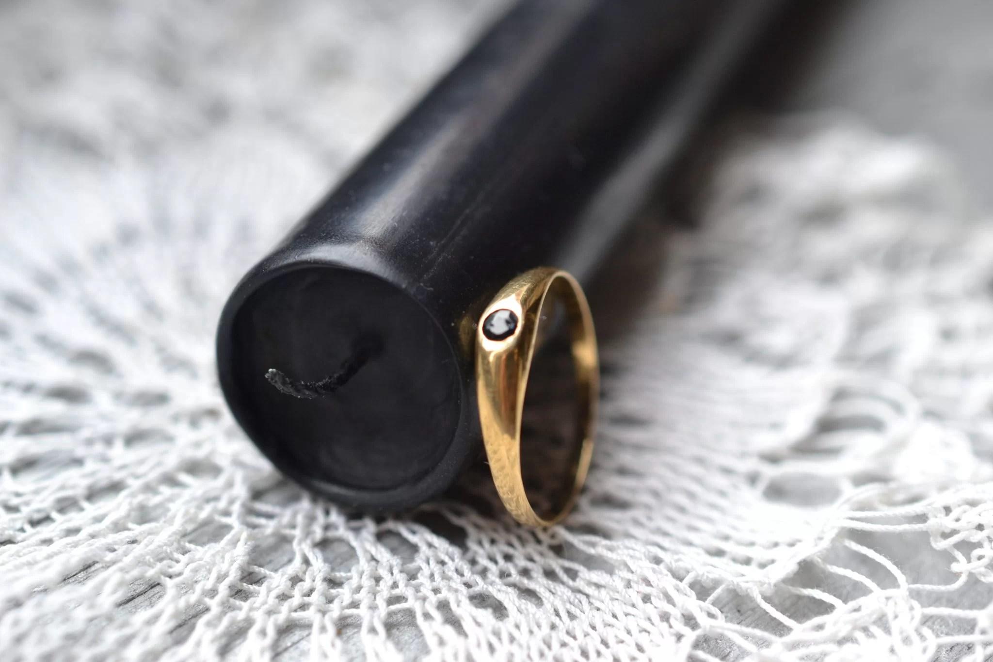Jonc anglais orné d'une petite pierre taillée de couleur noire - Bijouterie vintage occasion