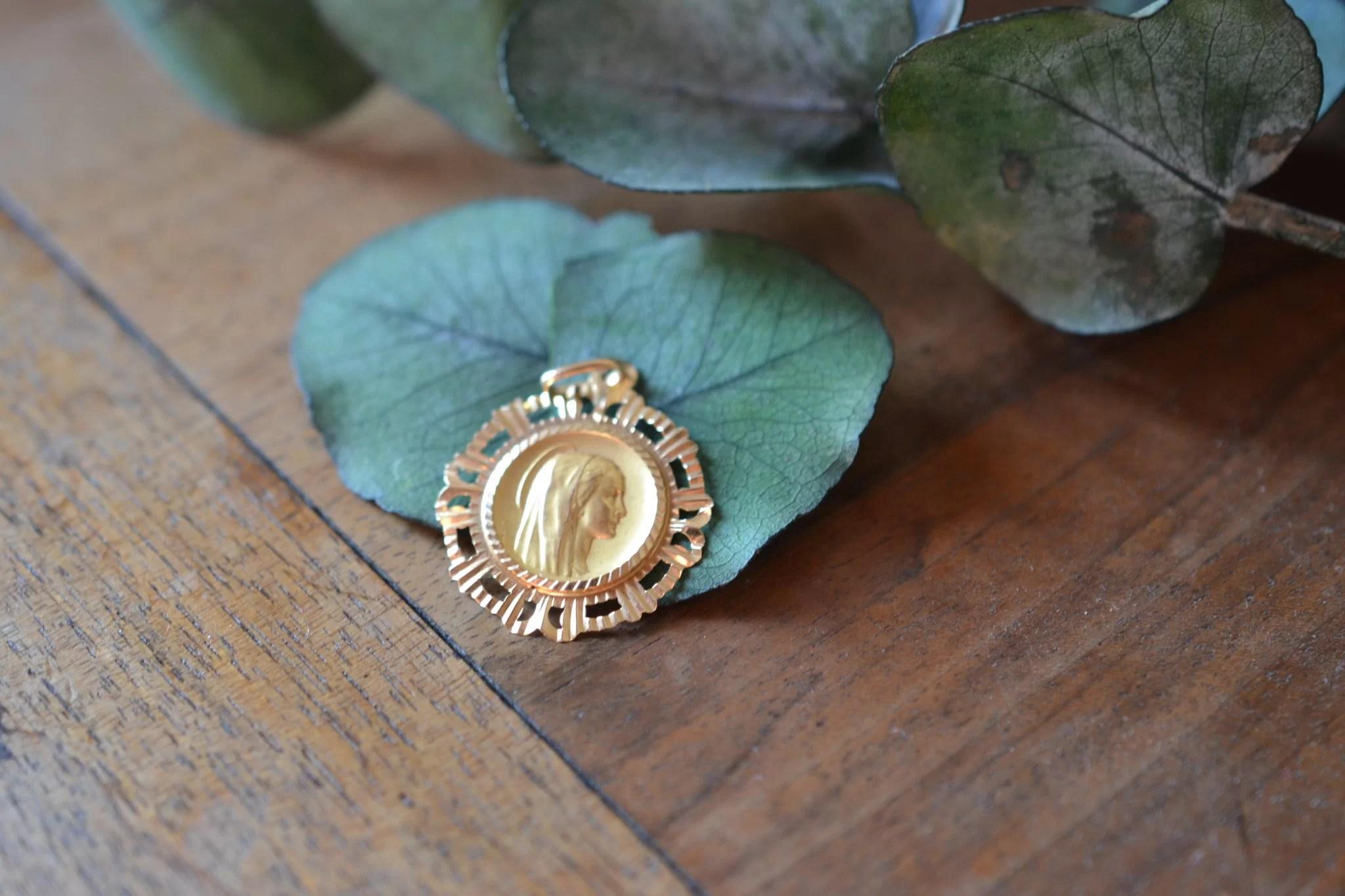 Médaille Pieuse En Or À Profil De Vierge, La Bordure Ajourée - Médaille Vintage Baptème