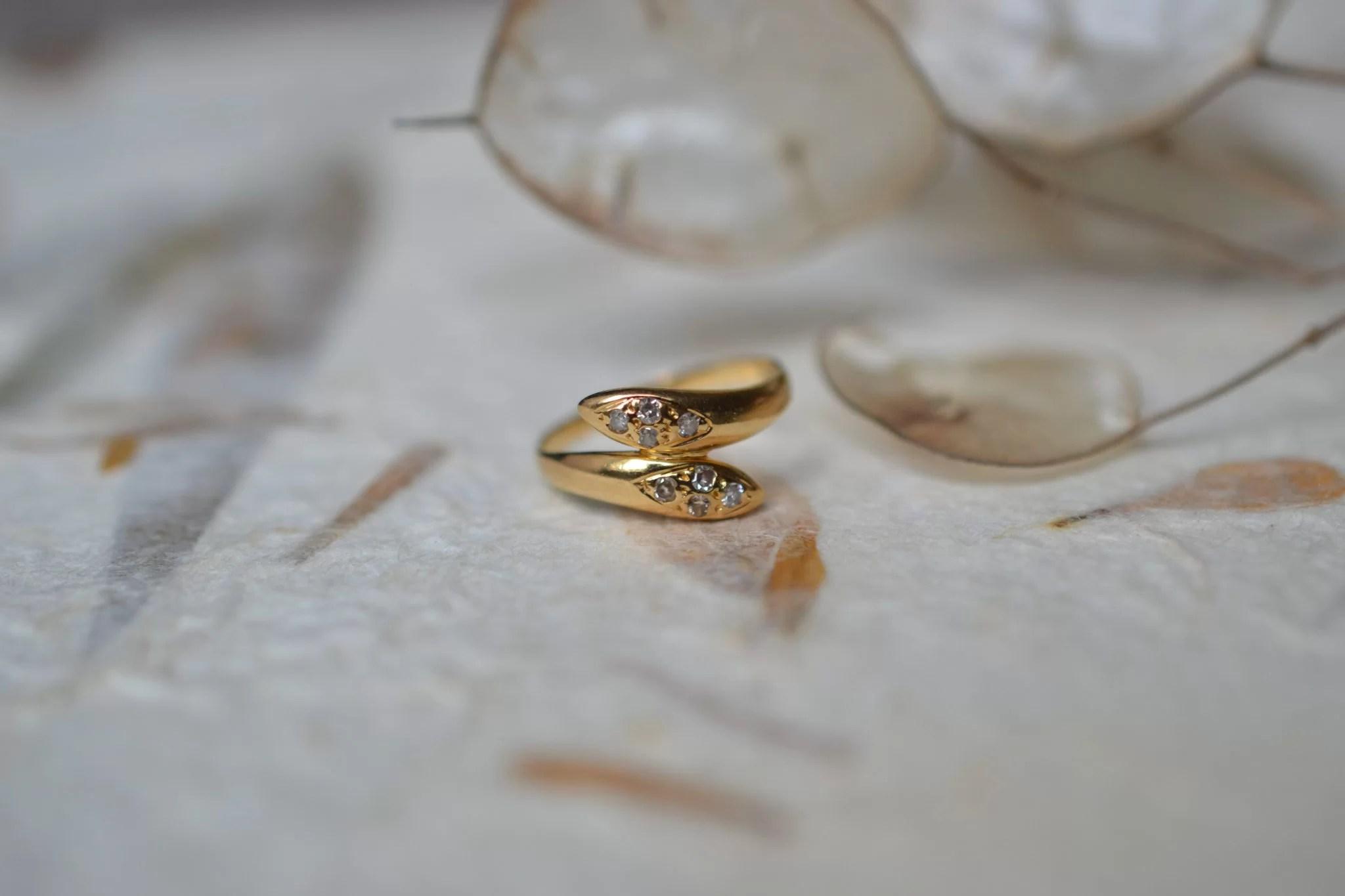 Bague de petit doigt en forme de serpents entrelacés en Or jaune ornée de 8 diamants bijou ancien