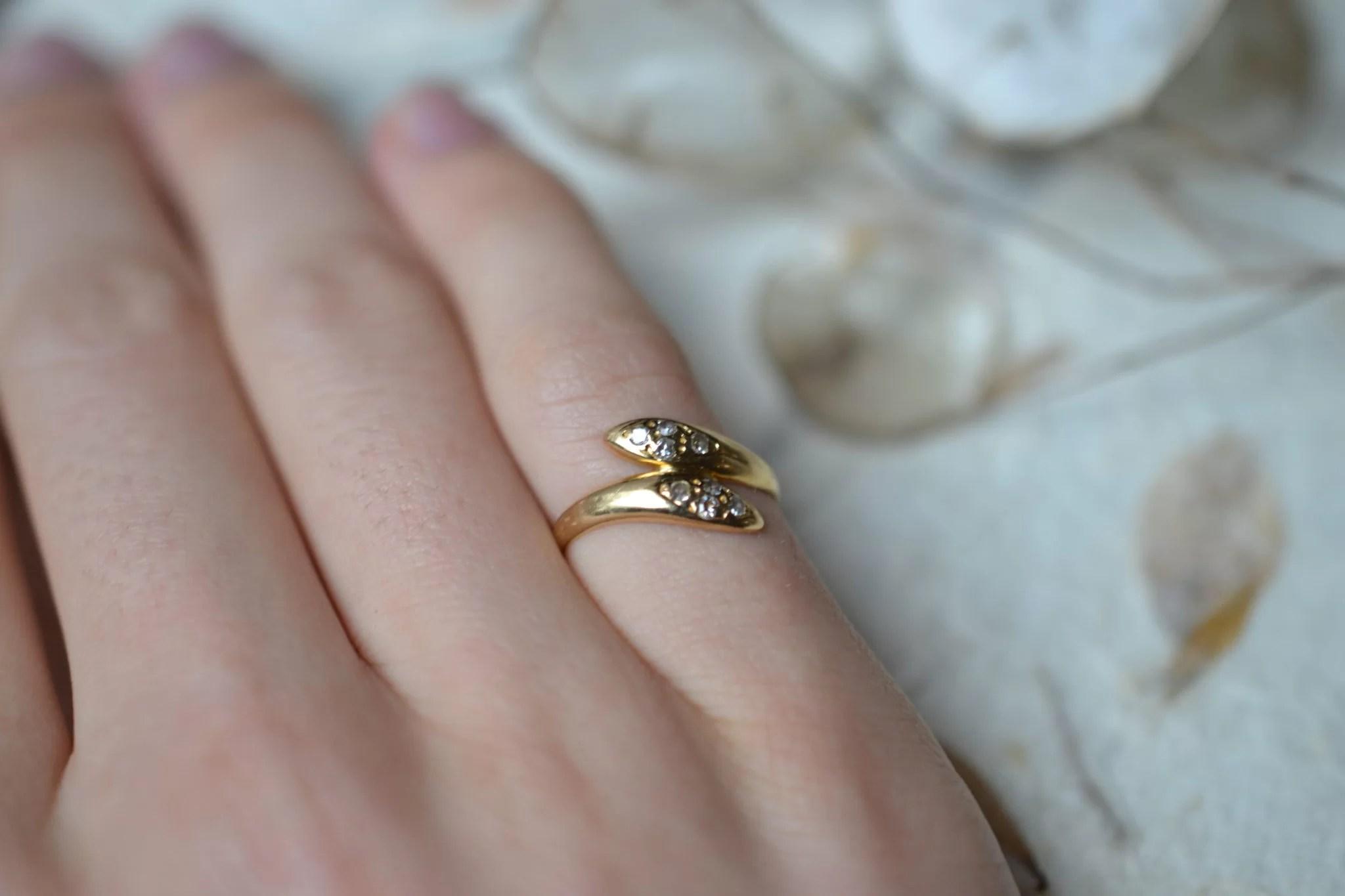 Bague de petit doigt en forme de serpents entrelacés en Or jaune ornée de 8 diamants bijou rétro