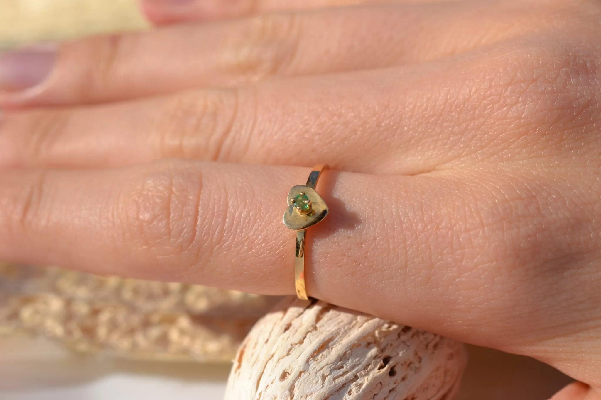 Bague en Or jaune sertie d'une pierre verte sur une monture en forme de cœur bijou rétro
