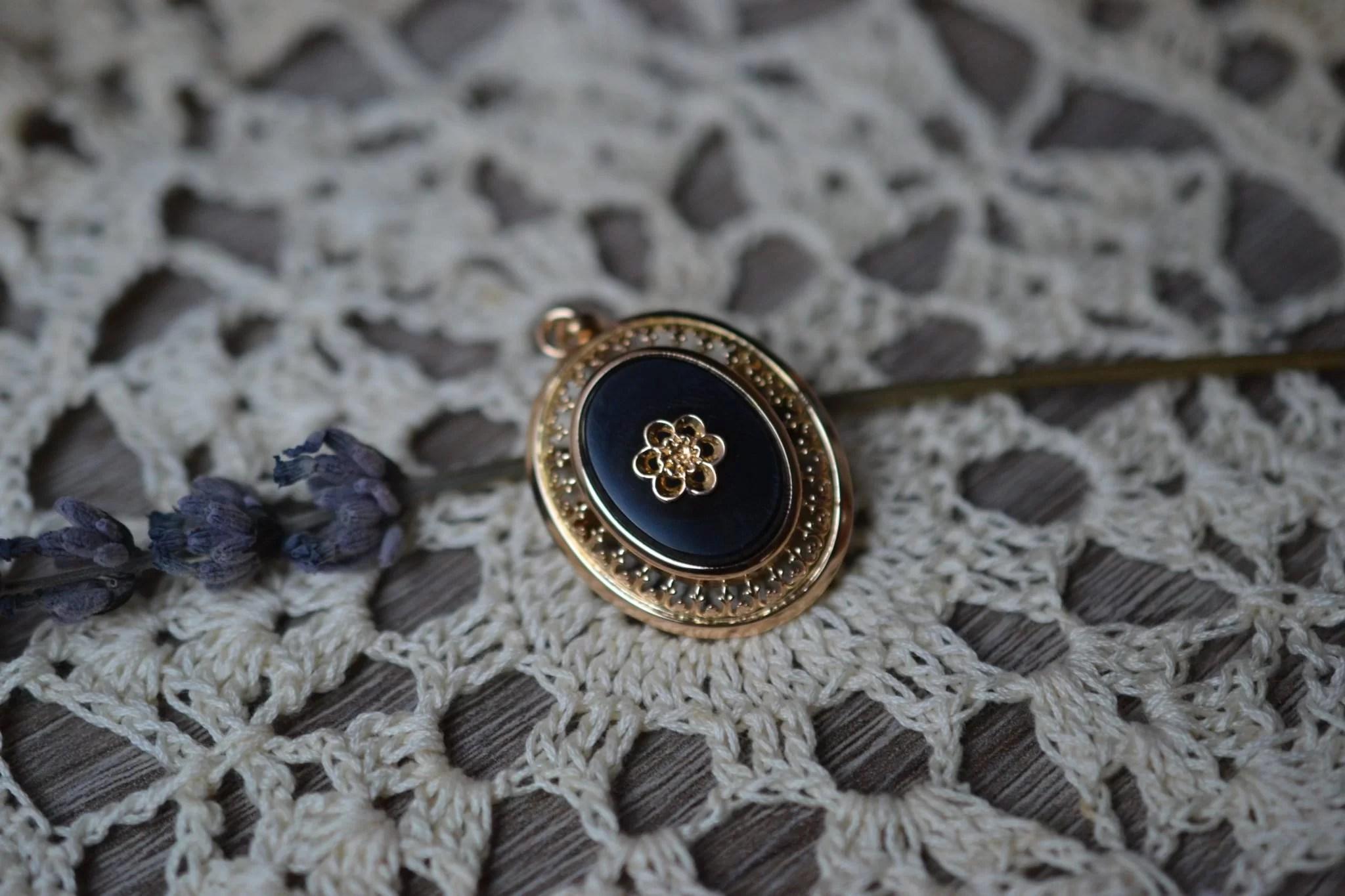 Broche Pendentif En Or Jaune Centrée D_une Plaquette D_onyx Et D_un Motif De Fleur Bijou Vintage