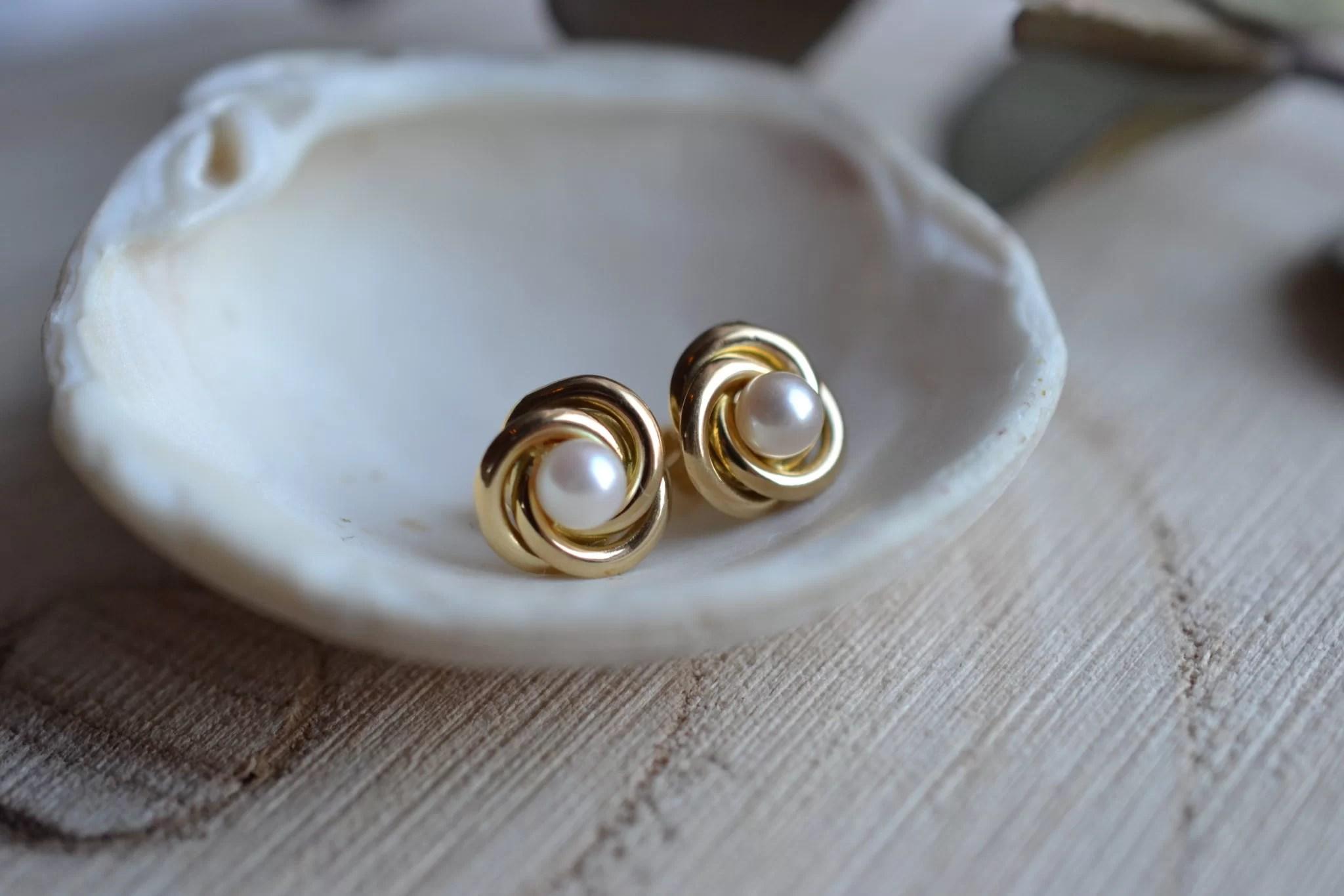 Paire De Puces D_oreilles En Or Jaune, Chacune Ornée D_une Perles De Culture Dans Une Monture Torsadée - Boucles D_oreilles éthiques Et éco-responsables