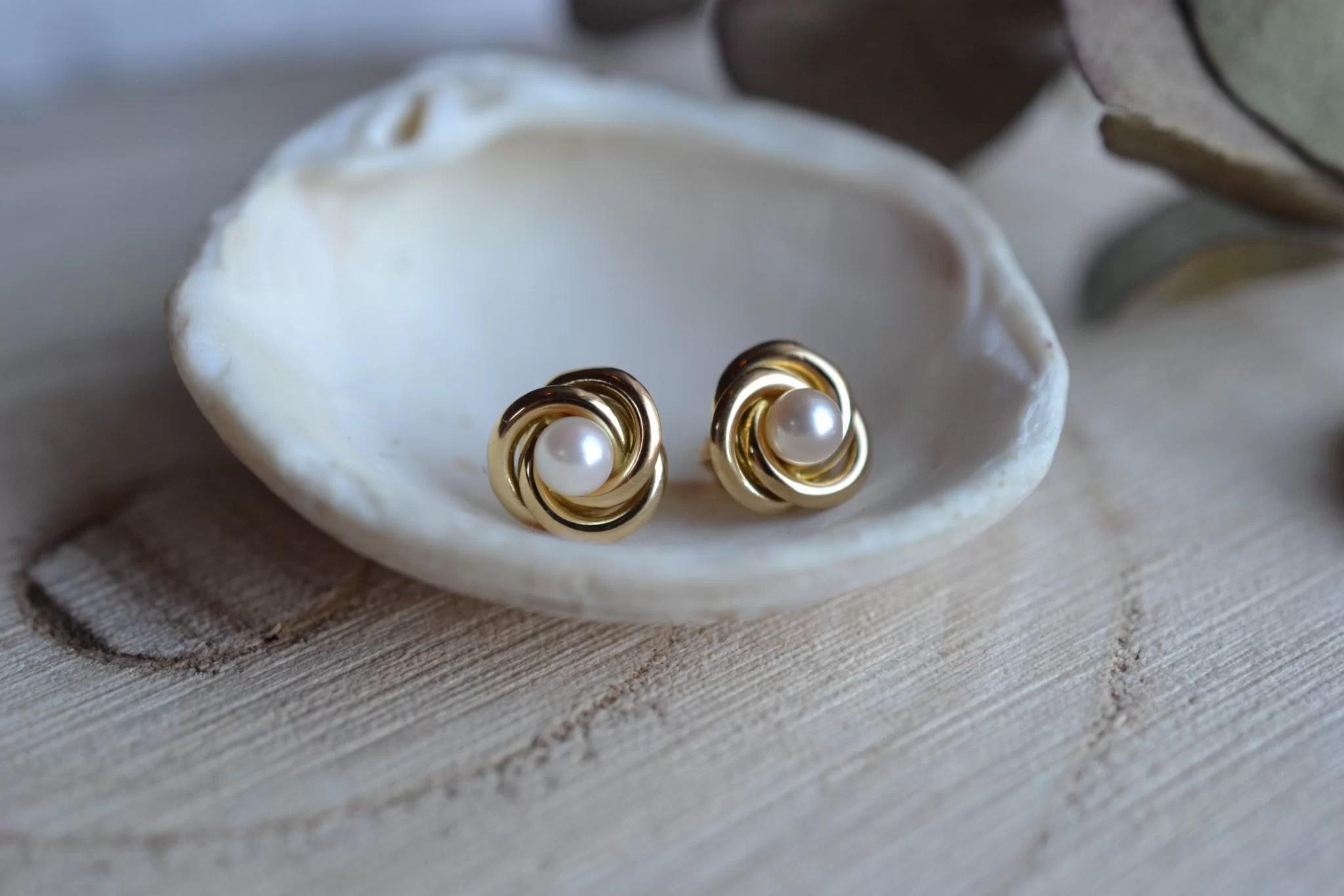 Paire de puces d_oreilles en Or jaune, chacune ornée d_une perles de culture dans une monture torsadée - boucles d_oreilles vintage
